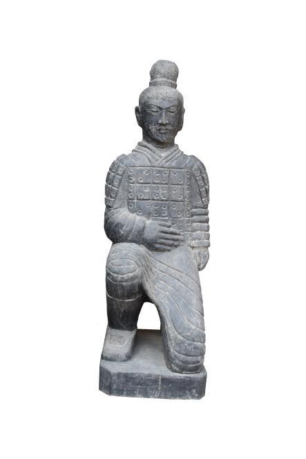 Chinesischer Krieger - kniend - 120 cm - Basanit handgeschlagen - Indonesien